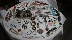 Lot of 152 pieces of jewellery (113 pieces of costume jewellery and 39 coin shaped pendants)