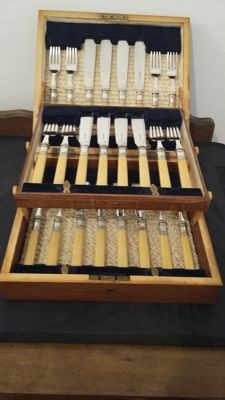 joseph rodgers of sheffield c 1900/1940 fish cutlery set 24 pices / 12 setting boxed oak case.