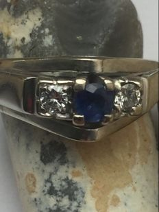 White gold men's ring 585/14 kt white gold with a blue natrure sapphire and two brilliant cut diamonds