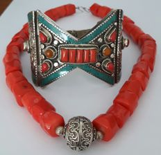 Necklace made of coloured deep-water coral with 925/1000 silver and bracelet from Nepal/Tibet