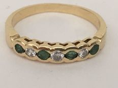 Ring in 18 kt/750 yellow gold with 4 emeralds and 3 brilliant cut diamonds measuring 2.6 mm and weighing 0.24 ct – Ring inner diameter: 17 mm – Ring weight: 2.50 g