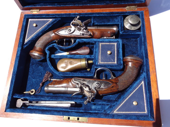 Pair of Flintlock Traveling French Revolucionary /Consulat period pistols  late XVIII century ( 1799/1804), in case .