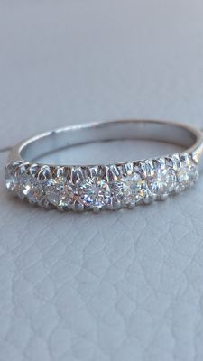 18 kt white gold engagement ring with 7 diamonds, colour F/G, 0.85 ct.