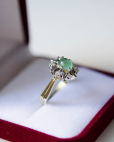 14 kt gold ring with emerald and diamonds – size: 55 (15)