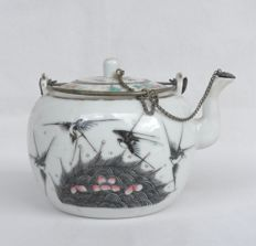 Porcelain teapot with famille rose decoration - China - 19th century