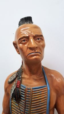 Large statue of a Native American in combat gear - 97 cm - 2nd half of 20th century.