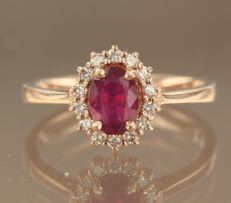14 kt rose gold rosette ring with central 1.20 carat ruby and 14 brilliant cut diamonds, approximately 0.22 carat in total, ring size 17.25 (54)