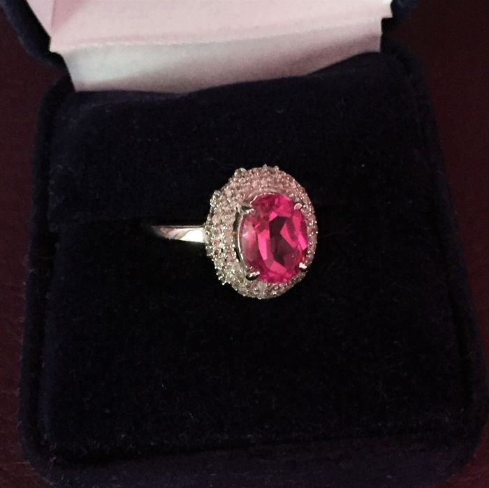 "Bague en Or Blanc sertie de 117 Diamants 0.40 cts total et Tourmaline naturelle Rose ""Pink"" de 1.10 cts."