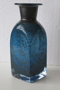 Bertil Vallien (Kosta Boda) - Sommerso vase  in blue glass with leaf silver trim