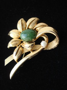Filigree crafted gold plated large flower Brooch with genuine jade and pearl, vintage 1950's