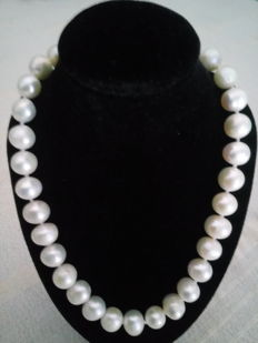 Japanese Akoya Pearl Necklace - 9mm in Diameter - Necklace Length: 47cm - No Reserve Price
