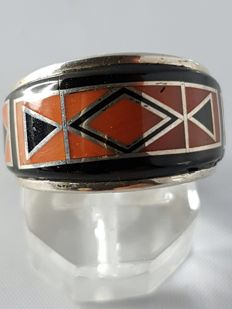 Navajo ring with a very rare precious coral and jet – never worn