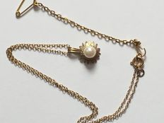 9Ct gold pearl pendant on fine chain