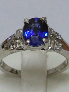 Engagement ring in 18kt gold with sapphire, and natural diamonds totalling 2.35 ct. NO RESERVE PRICE