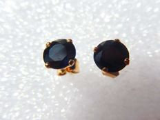 18 kt yellow gold earrings with dark blue sapphires – 6 mm.