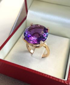 Gold ring with amethyst and natural diamonds