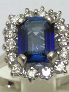 18 kt gold ring with Ceylon sapphires and natural diamonds for 3.15 ct