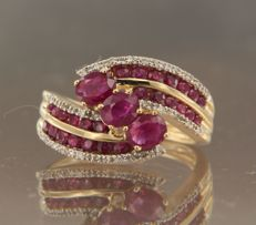18 kt bicolour gold wavy ring set with ruby and 30 brilliant cut diamonds in total approx. 0.20 carat ring size 18 (56)