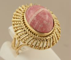 Yellow gold ring in 18 kt, set with a cabochon cut rhodochrosite, ring size 15.5 (49)
