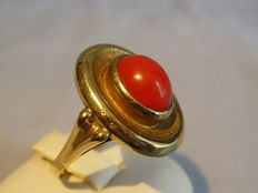 Gold ring with oval Moro-coral.