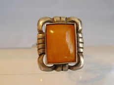 Antique Art Deco ring with opaque natural amber, around 1930.