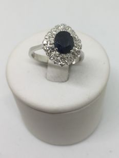 White gold ring with sapphire and diamonds for a total carat weight of 2.5 ct