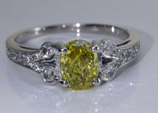 14kt Golden ring with intense fancy lemon yellow color diamond 0.65  ct - size 53 *** No reserveprijs ***