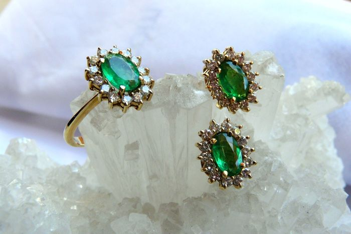 Set of jewellery - 18 kt yellow gold earrings and ring with 3 Colombian emeralds and 42 diamonds