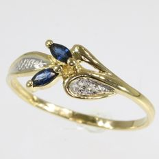 181k. Flower shaped sapphire and diamond bicolour gold ring - - Ring size: EU-55 & 17½, USA-7¼, UK-O.