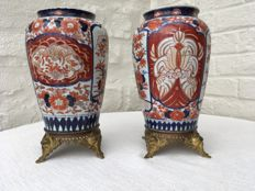 Two identical Imari vases with floral motifs on bronze base – Japan – Late 19th century