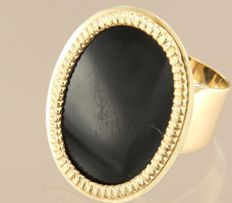 Yellow gold ring in 14 kt, set with an oval flat cut onyx, ring size 18 (57)