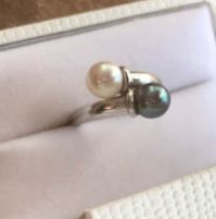 Ring in 18 kt white gold with Akoya and grey Tahiti pearls. Size 14 / 55
