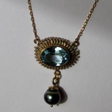 Handcrafted elegant necklace in yellow gold with a faceted large blue natural Topas ca. 5 ct and  real natural gray Tahitian pearl ca. 8,9mm