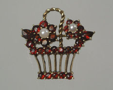 Pendant/brooch flower basket with Bohemian garnets and pearls made of 333/8 kt gold, around 1940