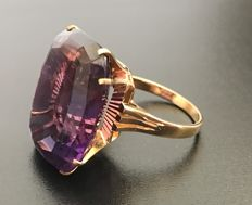 Large antique ring in 18kt yellow gold decorated with a luminous solitaire 20 ct amethyst