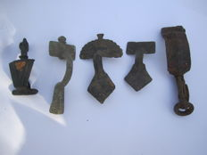Good collection of ancient bronze fibulae - 41,44,55,56,74 mm (5)