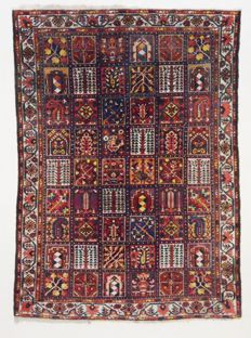 Semi-antique Persian Bakhtiar carpet, 293 x 218 cm.