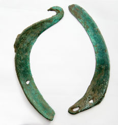 Collection of two bronze and smooth green patina sikles - 185 - 200 mm (2)