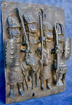 Large bronze plate of the royal entourage - BENIN - Nigeria