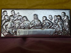 "Hickory root-wood plate covered with Silver 925/1000 depicting ""the last supper"" - Italy, Macerata-21st century"
