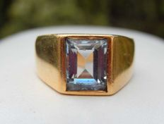 Solid signet ring in 18 kt gold with rectangular aquamarine - size 56.