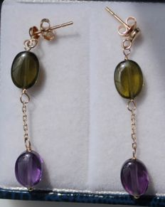 14 kt, yellow gold earrings, set with amethyst and aventurine – Size: 5 x 34 mm