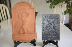 2 original Dutch commemorative plaques from the 2nd World War Terracotta and metal.