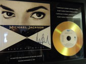 Bekijk onze Stunning -Michael Jackson - Signed Pre Printed Picture Gold Disc - Black Or White -