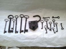 Bag with 6 antique keys plus 10 coeval smaller keys, iron, 17th / 18th centuries + padlock