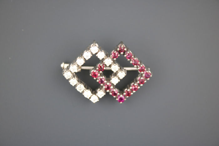 750 white gold brooch with 15 brilliants 0.50ct VVSI TW and Burma rubies
