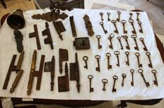 Lot of 30 keys, 14 friezes, a French lock and a bell, all from different periods