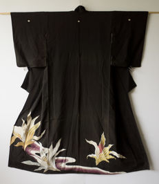 Very fine kuro-tomesode kimono Decorated with large flowers of silver and gold thread above a water current – Japan – circa 1950
