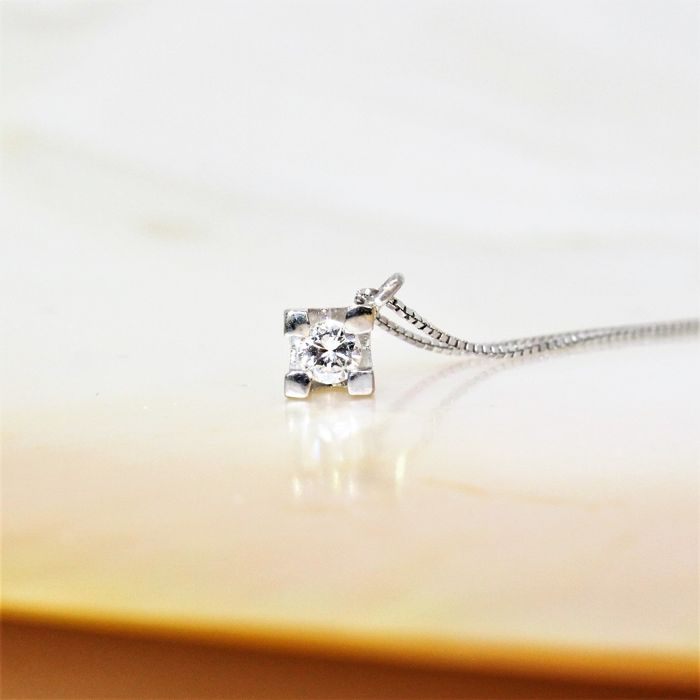 Necklace of 18 kt gold with a diamond G/VS2- .06 ct. Length: 42 cm