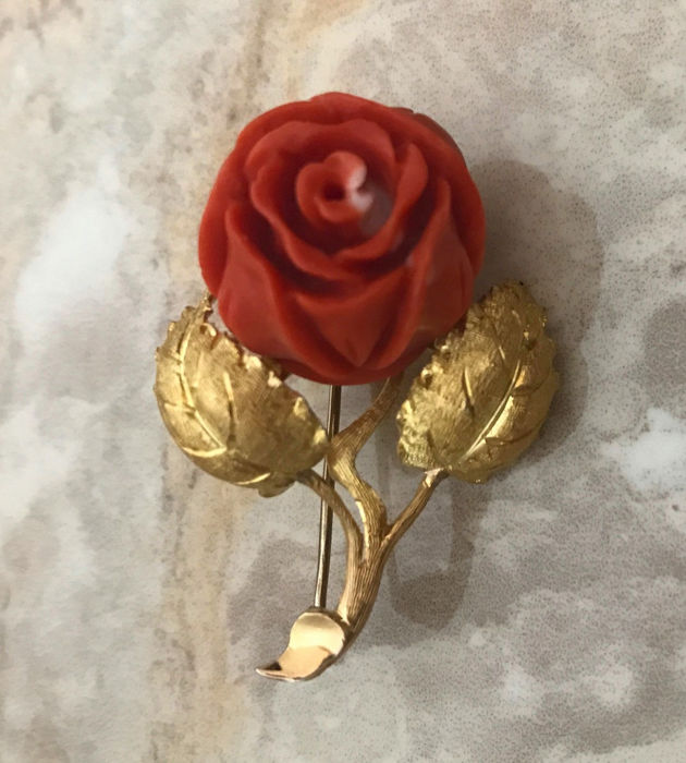 Old brooch with 1 red coral in the form of a rose made of 750 / 18 kt gold, rose flower, 14.5 g, made circa 1950